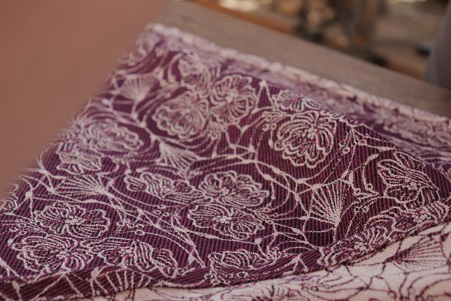 """Nosící šátek bavlněný """"Květy"""" černo-fialový na režné osnově"""