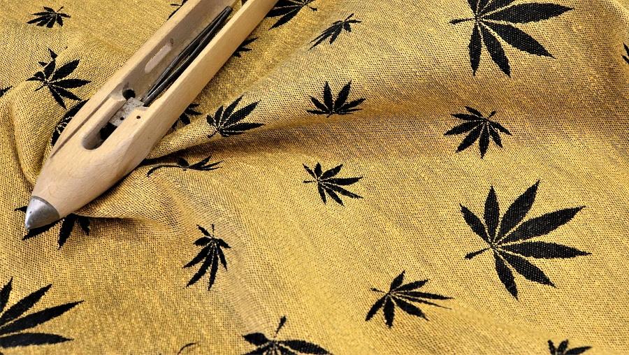 """látka konopí-bavlna """"Listy"""" žluté konopí na černé osnově"""