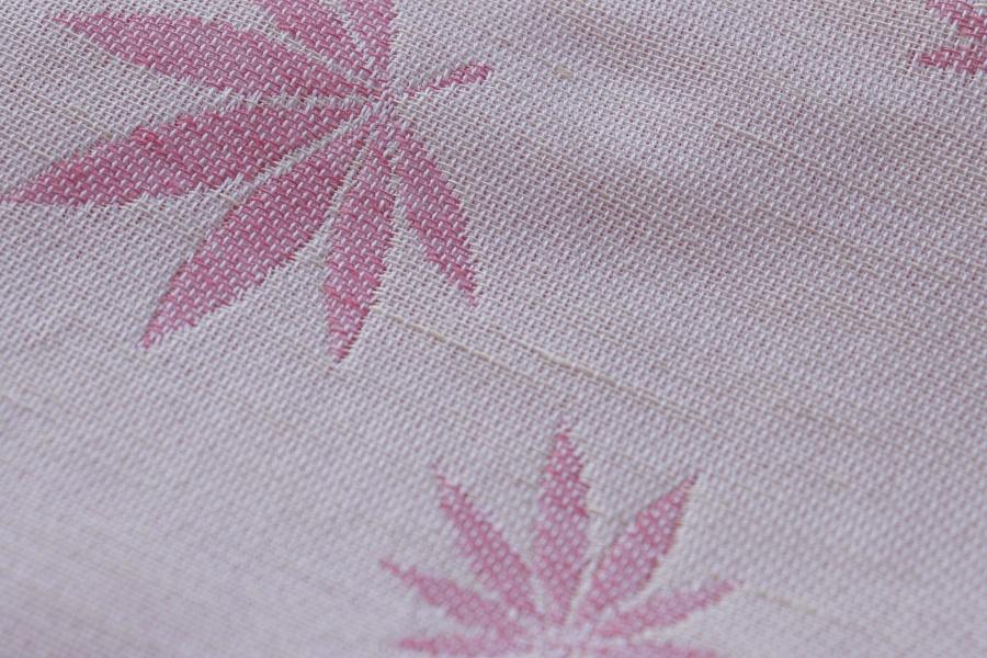 """Nosící šátek """"Listy"""" na bílé osnově s režným a růžovým konopím"""