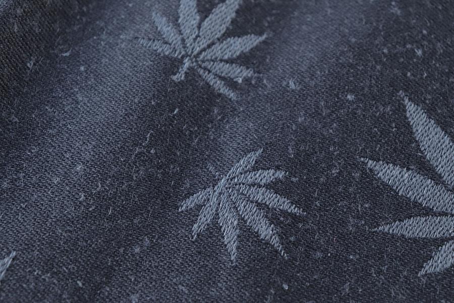 """Nosící šátek """"Listy"""" na černé osnově s tmavě šedým konopím"""