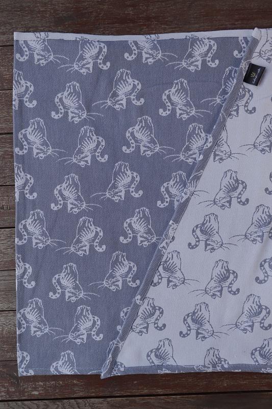 """Nosící šátek bavlněný """"Kočky"""" na bílé osnově se světle a tmavě šedým útkem"""