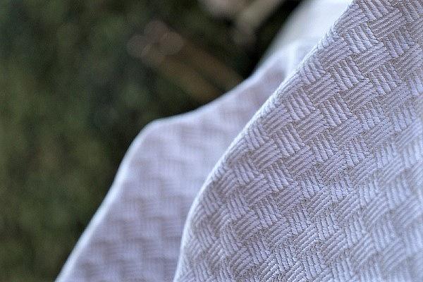 """Nosící šátek """"Ratan"""" na bílé osnově s šedohnědým útkem"""