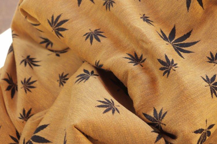 """ŠÁTKY Nosící šátek > Nosící šátek """"Listy"""" na černé osnově se zlatým konopím"""