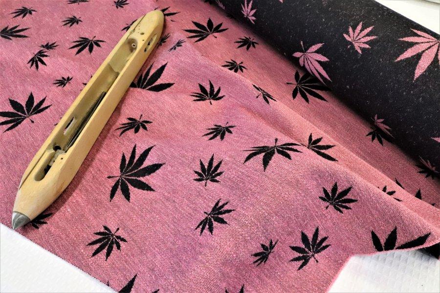 """látka konopí-bavlna """"Listy"""" růžové konopí s bavlněnou černou osnovou"""
