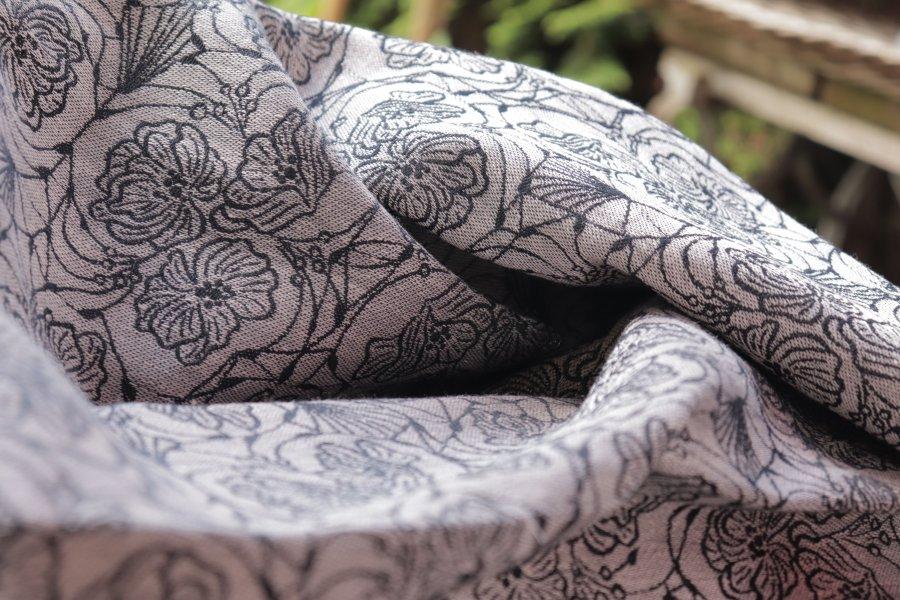 """Nosící šátek bavlněný """"Květiny"""" na černé osnově se světle hnědým lnem"""