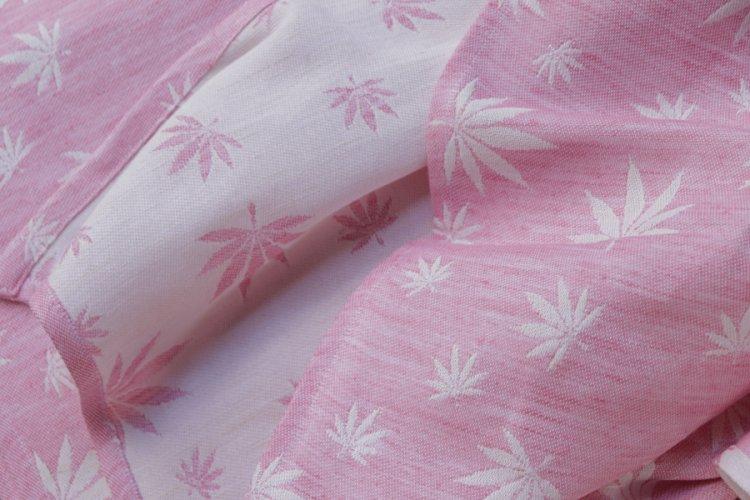 """ŠÁTKY Nosící šátek > Nosící šátek """"Listy"""" na bílé osnově s režným a růžovým konopím"""