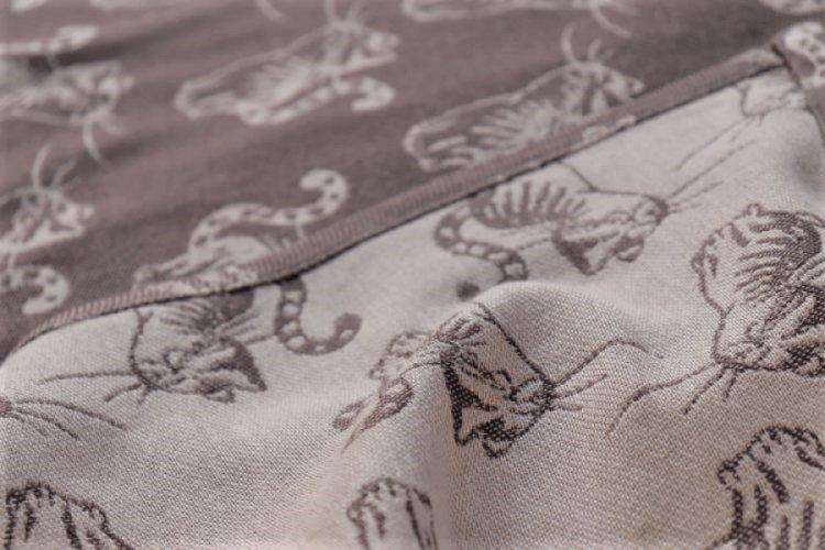 """ŠÁTKY Nosící šátek > Nosící šátek bavlněný """"Kočky"""" na béžové osnově s hnědým a béžovým útkem"""