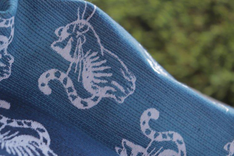 """ŠÁTKY Nosící šátek > Nosící šátek bavlněný """"Kočky"""" na bílé osnově s modrou duhou"""