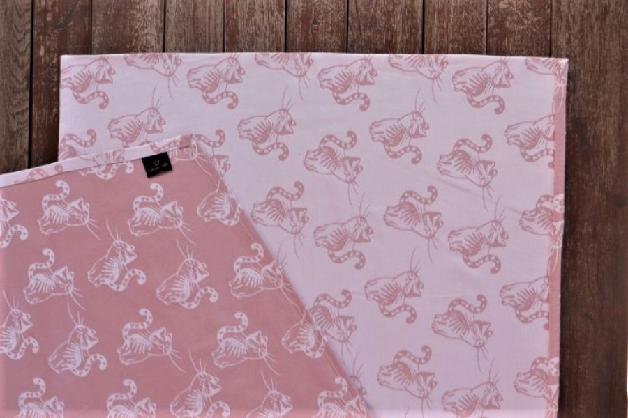 """Nosící šátek """"Kočka"""" na bílé osnově s růžovým útkem"""