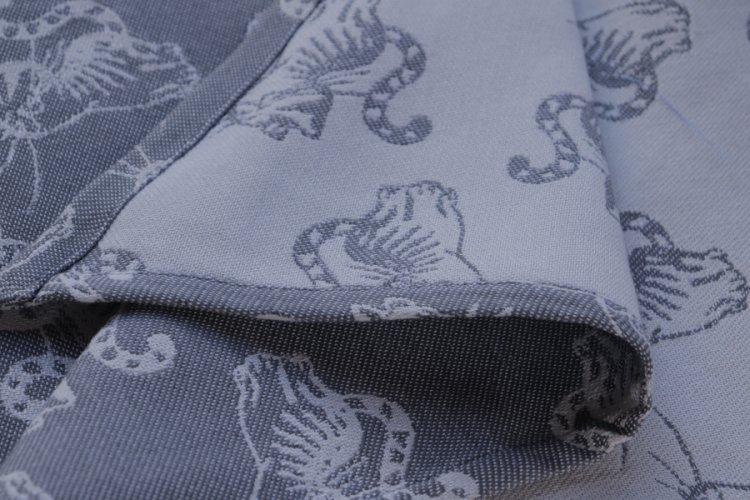 """ŠÁTKY Nosící šátek > Nosící šátek bavlněný """"Kočky"""" na bílé osnově se světle a tmavě šedým útkem"""