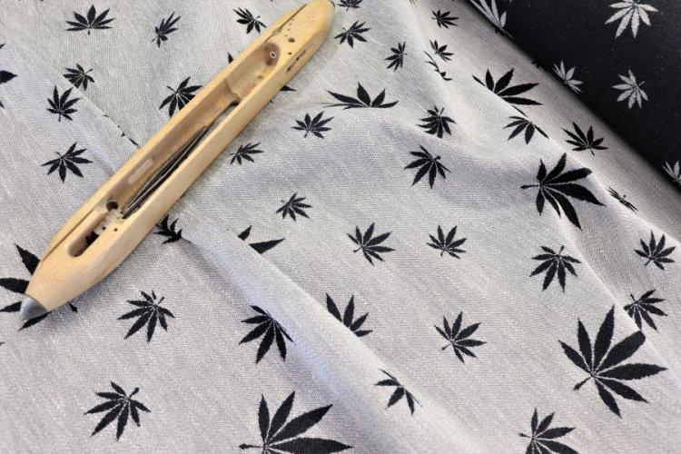 """LÁTKY Nosící šátek > látka konopí-bavlna """"Listy"""" přírodní konopí s bavlněnou černou osnovou"""