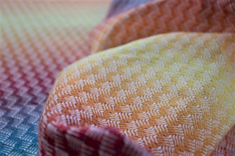 """ŠÁTKY Nosící šátek > Nosící šátek """"Ratan"""" na bílé osnově s barevnou duhou"""